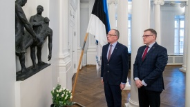 Rector of the University of Tartu Toomas Asser and Academic Secretary Tõnis Karki placing flowers at the Estonian War of Independence Memorial to Fallen Students in the university's assembly hall. Photo by Andres Tennus